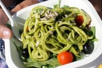 Tolles Essen auch für Zweibeiner: Zucchini-Nudeln mit Pesto.